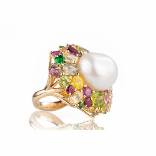 """anello in oro rosa 18 carati collezione """"la Magia dei Colori"""" con perla d'acqua dolce centrale, rubini, zaffiri e peridoto"""