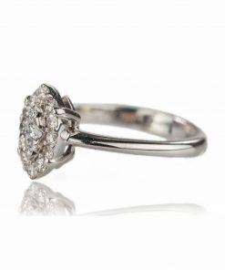 Anello in oro bianco 18 carati a forma ovale leggermente allungata con diamanti brillanti