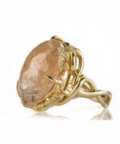 anello in oro giallo quarzo rutilato dal taglio cabochon