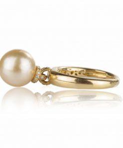 anello in oro giallo 18 carati con perla australiana gold a goccia con diamanti brillante.