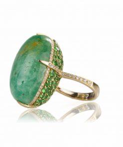 anello oro giallo 18 carati con smeraldo taglio cabochon, tzavoriti e diamanti brillanti.