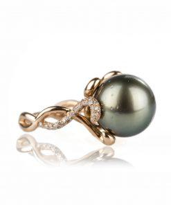 anello oro rosa 18 carati con perla tahitiana e diamanti dal taglio brillante