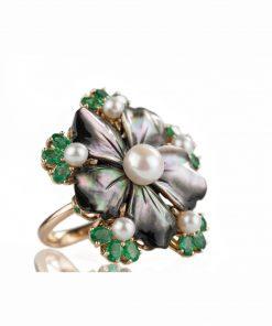 anello in oro rosa 18 carati con madreperla nera, smeraldi taglio ovale e perle d'acqua dolce
