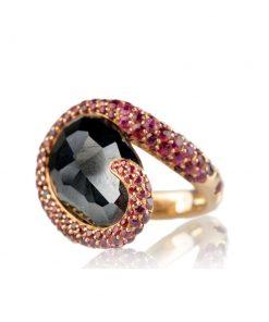 anello in oro rosa 18 carati con spinello nero taglio briolette e rodolite taglio brillante.