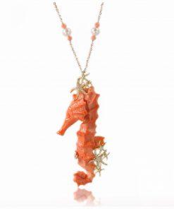 collana in oro rosa con corallo orientale a forma Cavalluccio, perle e diamanti brillanti