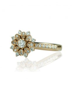 Devis_Palazzi_Anello_in_oro_18_carati_collezione_Corona_diamanti_taglio_brillante_frontale_sinistro